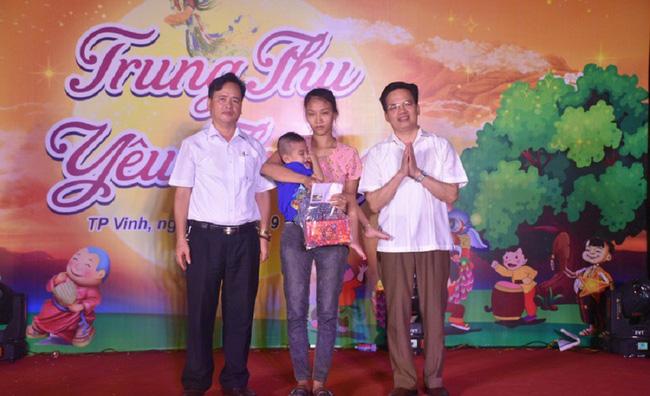 Quỹ Bảo trợ trẻ em tỉnh Nghệ An đón trung thu sớm cho trẻ em - Ảnh 1.
