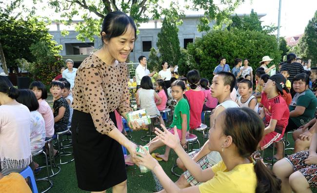 Qũy sữa Vươn cao Việt Nam và Vinamilk trao tặng 120.000 ly sữa cho trẻ em Hà Nội - Ảnh 2.
