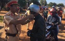 CSGT Đắk Nông tặng quà cho người lưu thông xe máy trên đường về quê ăn Tết