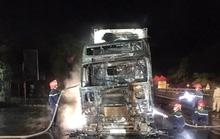 Xe container bất ngờ cháy trên Quốc lộ 1A