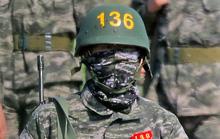 Hình ảnh Son Heung-min vác súng tập quân sự ở Hàn Quốc