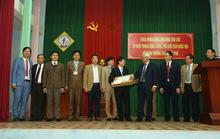 Phó Chủ tịch QH Uông Chu Lưu tặng quà cho giáo viên học sinh Trường THPT Trần Phú