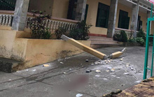 Hai học sinh bị cột bê tông rơi trúng: Một em đã tử vong