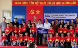 Hà Tĩnh: Tặng 94 bộ bàn ghế học sinh cho trường tiểu học vùng lũ